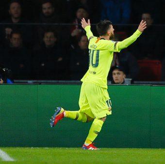 Messi comemora o golaço marcado contra o PSV, na Holanda