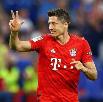 Lewandowski comemora um gol contra o Schalke 04 na Bundesliga