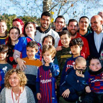 Suárez e Messi durante a visita aos hospitais de Barcelona.