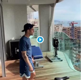 Cesc Fábregas na sacada do seu apartamento.