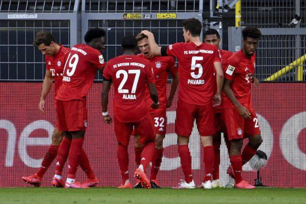 Os jogadores do Bayern celebram o golaço de Kimmich na vitória sobre o Borussia Dortmund.
