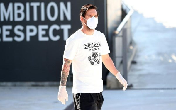 Messi, com máscara e luvas, no regresso aos treinos na Cidade Esportiva Joan Gamper, em Barcelona.