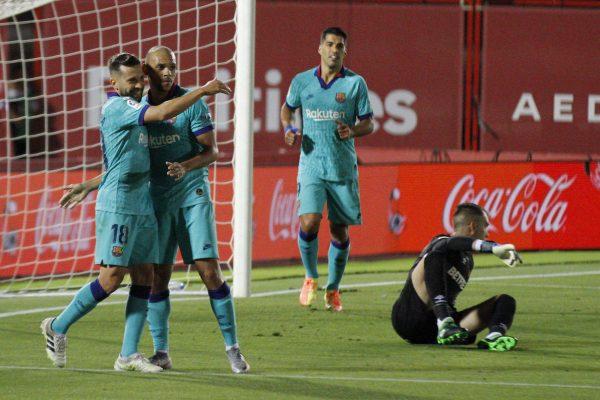 Jordi Alba celebra com Braithwaite o gol que marcou contra o Mallorca. O lateral também deu uma assistência.