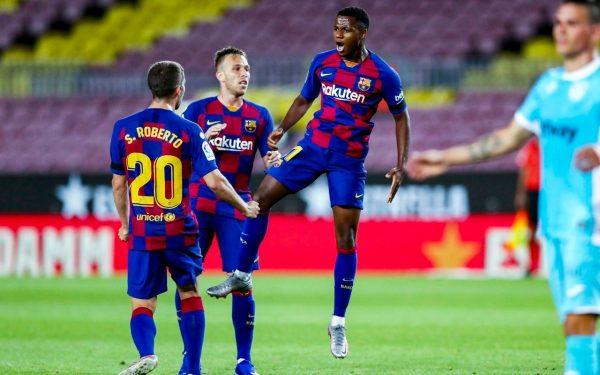 Ansu Fati saltando ao lado de Arthur e Sergi Roberto par comemorar o gol contra o Leganés.