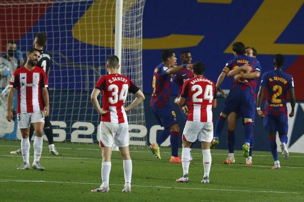 Jogadores do Barça comemoram o gol de Rakitic diante de alguns jogadores do Athletic abatidos.