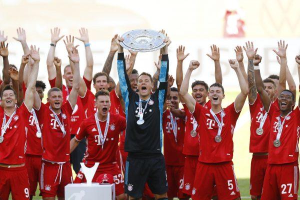 Os craques do Bayern de Munique celebram o octacampeonato alemão. O goleiro Neuer, capitão da equipe, levanta o troféu.