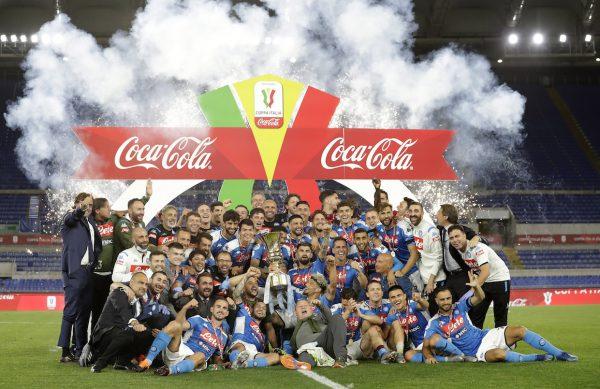 Jogadores do Napoli comemoram título.