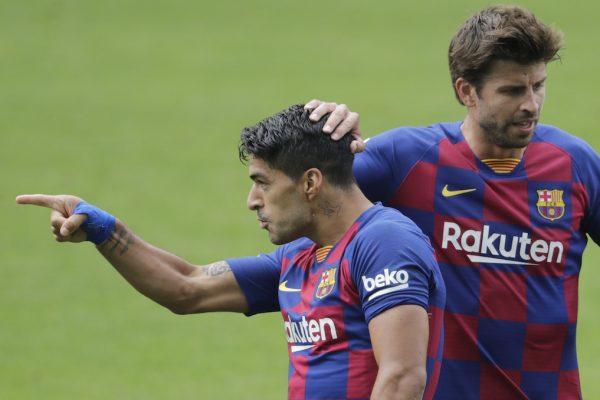 Suárez comemora ao lado de Piqué um dos gols marcados contra o Celta de Vigo, no último sábado (27/06), pela Liga Espanhola.
