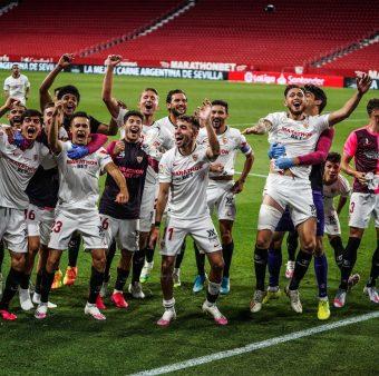 Os jogadores do Sevilla celebram a vitória sobre o Betis no gramado do Estádio Ramón Sánchez Pizjuán, em Sevilha.