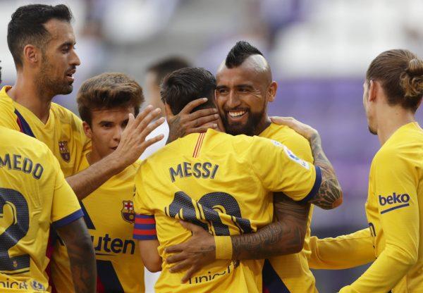 Messi celebra com Arturo Vidal o gol da vitória do Barça sobre o Valladolid (0-1).