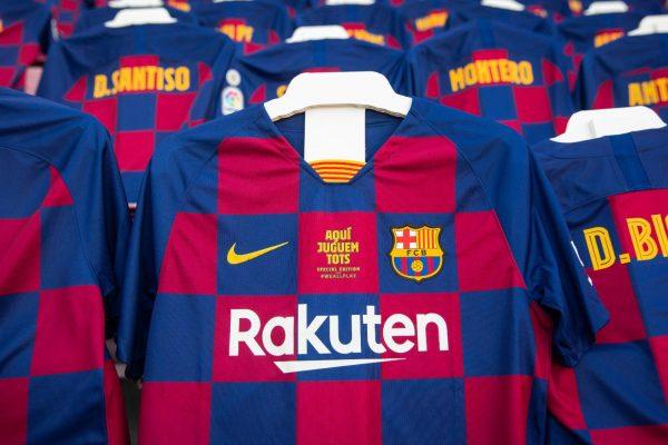 As camisas dos torcedores culés nas arquibancadas do Camp Nou.