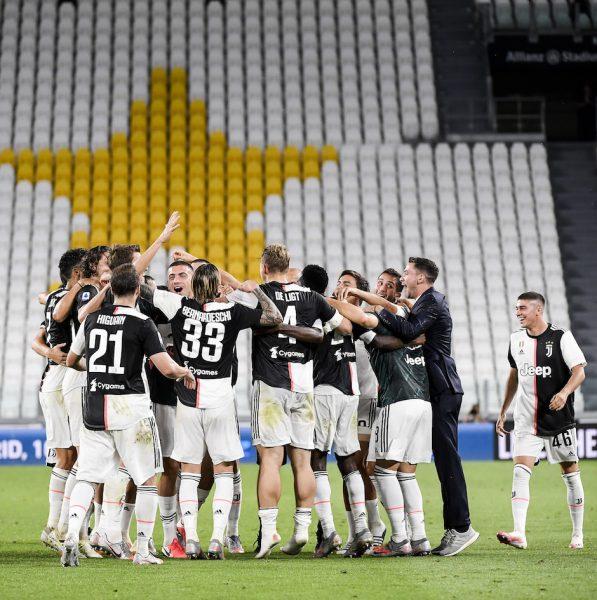 Os jogadores da Juventus comemoram o título italiano pela nona vez consecutiva após a vitória por 2 a 0 sobre a Sampdoria. / Marco Alpozzi