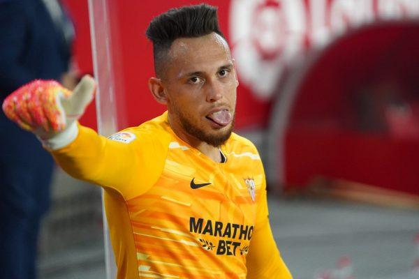 Lucas Ocampos mostrou que além de marcar gols, tem talento como goleiro.