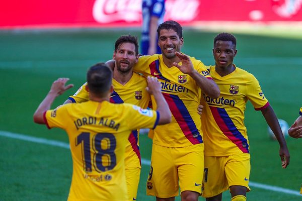 Messi, Suárez, Ansu Fati e Alba celebram um gols na vitória por 5 a 0 contra o Alavés, pela Liga Espanhola.