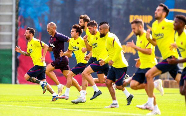 Os craques do Barça correndo durante a sessão de treinamento na Cidade Esportiva Joan Gamper.