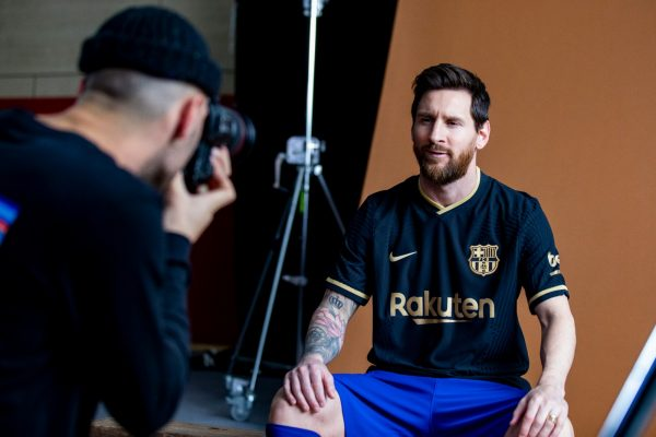 Messi, sentado, durante a sessão de fotos do lançamento do novo uniforme reserva.