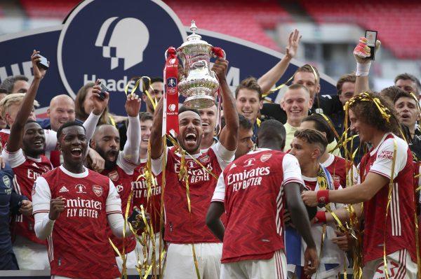 O craque do Arsenal e autor de dois gols na final, Aubameyang, levanta o troféu de campeão da FA Cup 2020.