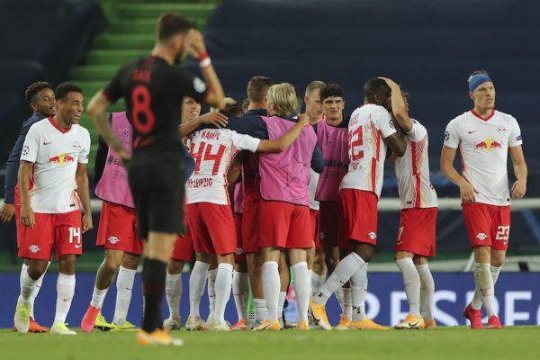 Os jogadores do Leipzig comemoram a vitória por 2 a 1 sobre o Atlético de Madrid, em Lisboa, pela Liga dos Campeões.