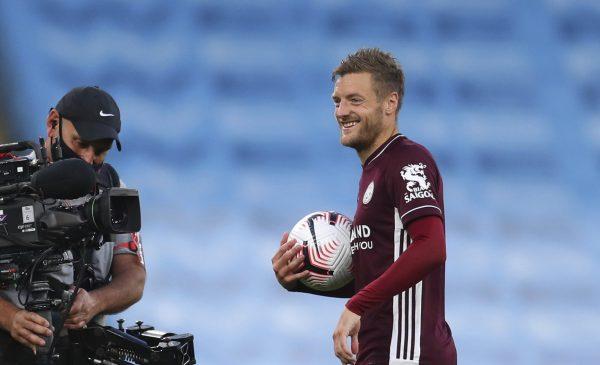 Jamie Vardy, sorridente, com a bola da partida nas mãos.
