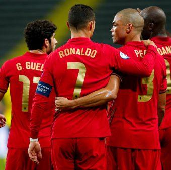 Cristiano Ronaldo comemora com seus companheiros os marcados na vitória de Portugal sobre a Suécia (0-2).