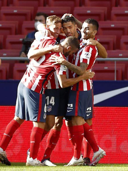 Luis Suárez comemora com seus novos companheiros a sua 'dobradinha' na estreia pelo Atlético de Madrid.