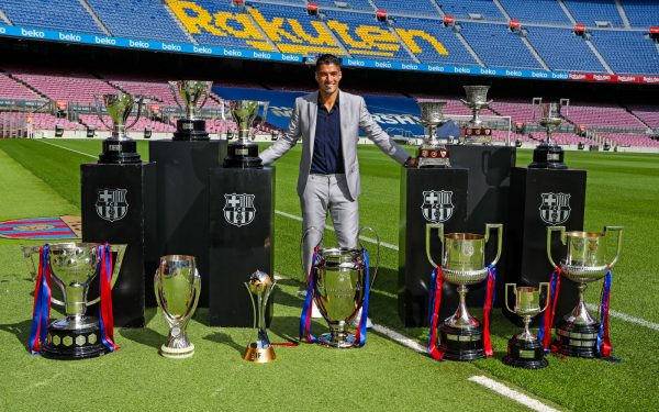 Suárez no gramado do Camp Nou com os 13 troféus que conquistou durante a sua etapa no Barça.