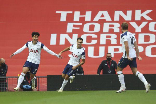 Os jugadores do Tottenham celebram a goleada no gramado do Old Trafford, em Manchester. / Alex Livesey - AP/AE