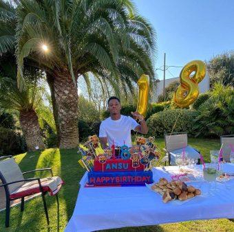 Ansu Fati com o grande bolo do seu 18ª aniversário.