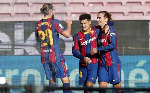 Coutinho comemora com Griezmann e Mingueza o gol marcado na goleada por 4 a 0 contra o Osasuna, no Camp Nou.