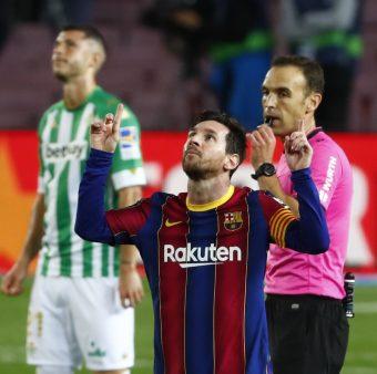 Leo Messi comemora o segundo gol dele na vitória por 5 a 2 sobre o Betis, no Camp Nou, pela Liga Espanhola / Joan Monfort - AP/AE
