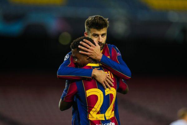 Piqué comemora abraçado com Ansu Fati o gol marcado na vitória do Barça por 2 a 1 sobre o Dínamo de Kiev, no Camp Nou, pela Liga dos Campeões.