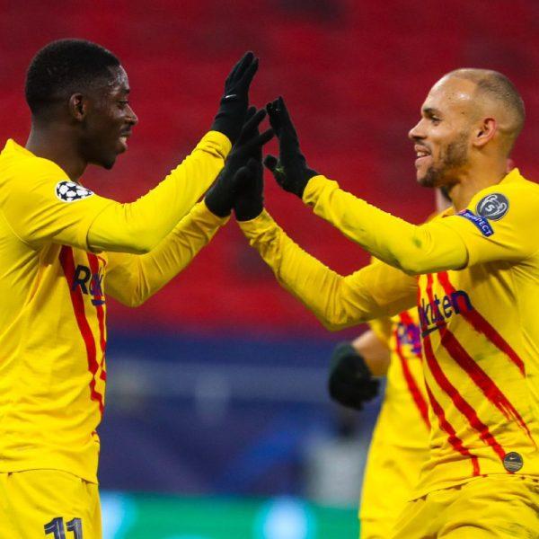 Dembélé comemora com Braithwaite o gol marcado na vitória por 3 a 0 sobre o Ferencvaros, na Puskas Arena, em Budapeste.