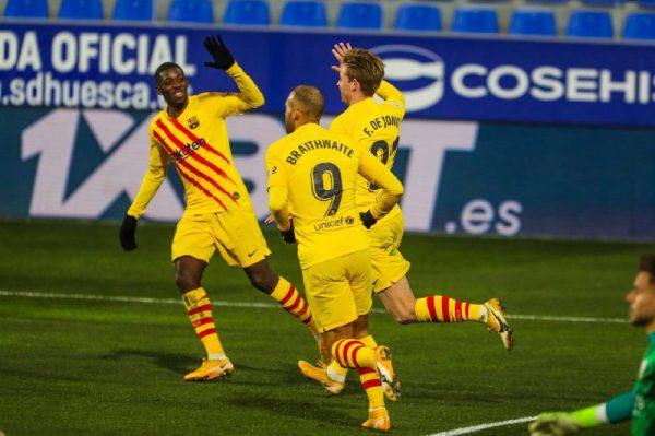 De Jong comemora com Dembélé e Braithwaite o gol marcado na vitória contra o Huesca (0-1).