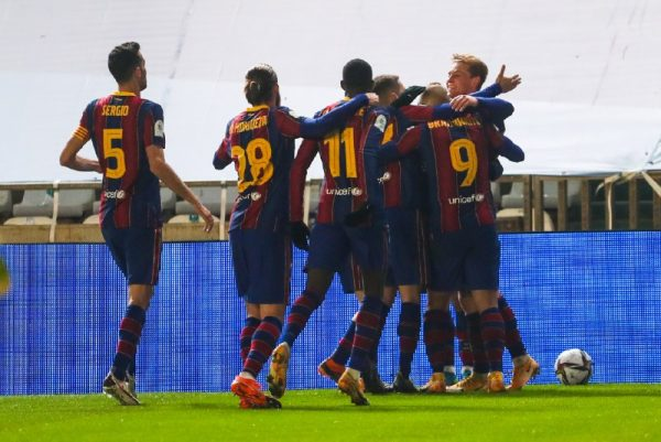 Os craques do Barça celebram o gol de Frenkie de Jong, que abriu o placar contra a Real Sociedad, em Córdoba.