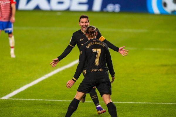 Messi e Griezmann celebram juntos um dos gols marcados contra o Granada.