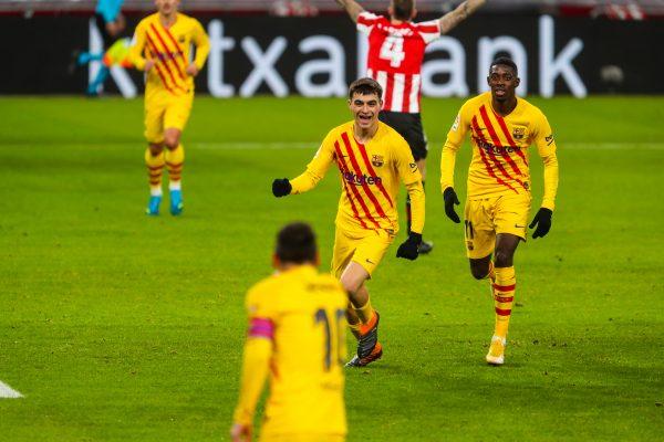 Messi (de costas) comemora com Pedri e Dembélé o gol da virada do Barça sobre o Athletic no Estádio San Mamés.