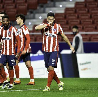 Suárez comemora o gol marcado na vitória do Atlético por 3 a 1 sobre o Valencia.