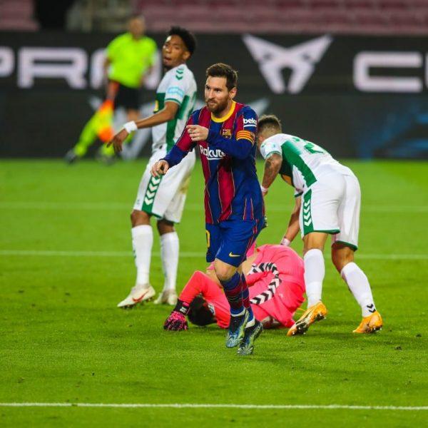 Messi comemora o segundo gol marcado na vitória por 3 a 0 sobre o Elche, no Camp Nou.