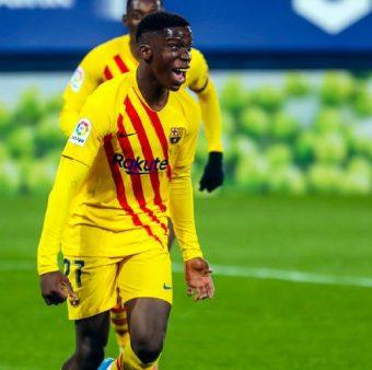 O jovem Ilaix Moriba comemora o primeiro gol dele com o time principal do Barça.