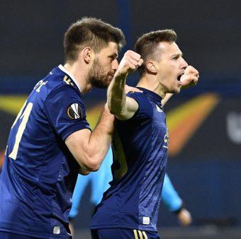 Orsic comemora em campo um dos gols que marcou contra o Tottenham com os braços abertos.