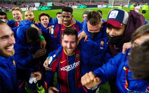 Os craques do Barça (com Messi ao centro) comemoram a virada histórica contra o Sevilla, no Camp Nou.