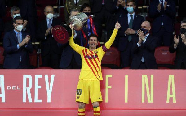 Lionel Messi levantando o troféu da Copa do Rei 2021 - Twitter: @FCBarcelona_br