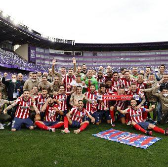 Os jogadores do Atlético e comissão-técnica juntos no gramado para a foto do título / Twitter @Atleti