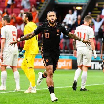 Memphis Depay comemora um gol marcado com a Holanda na Eurocopa 2020 / Twitter: @ONSOranje