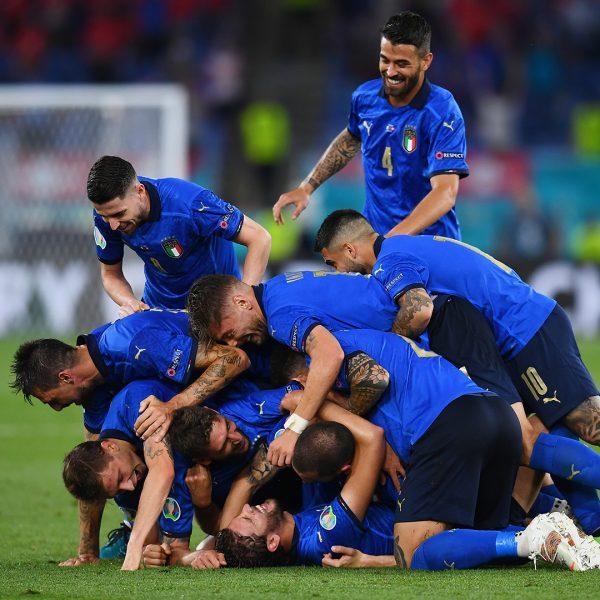 Os craques da Itália celebram um gol na vitória por 3 a 0 sobre a Suíça, pela Euro 2020. / Twitter. @Vivo_azzurro