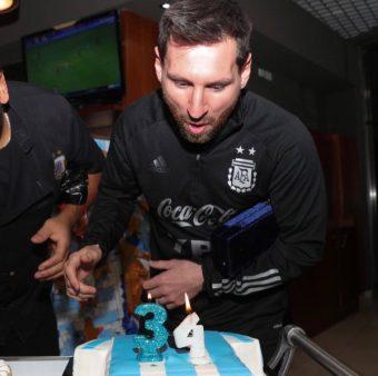 Messi apagando as velinhas do seu 34º aniversário. / Twitter: @Argentina