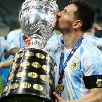 Messi dando um beijo no troféu da Copa América 2021.