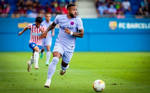 Memphis, com a bola, durante uma das arrancadas no amistoso contra o Girona.