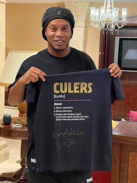 Ronaldinho Gaúcho e a camisa autografada que será sorteada entre os participantes.