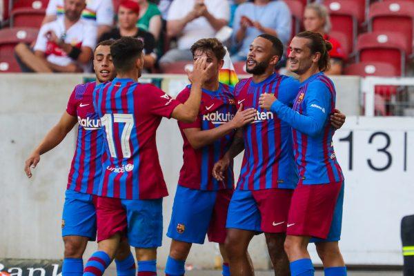 Os craques do Barça celebram um gol na vitória por 3 a 0 sobre o Stuttgart, na Alemanha.
